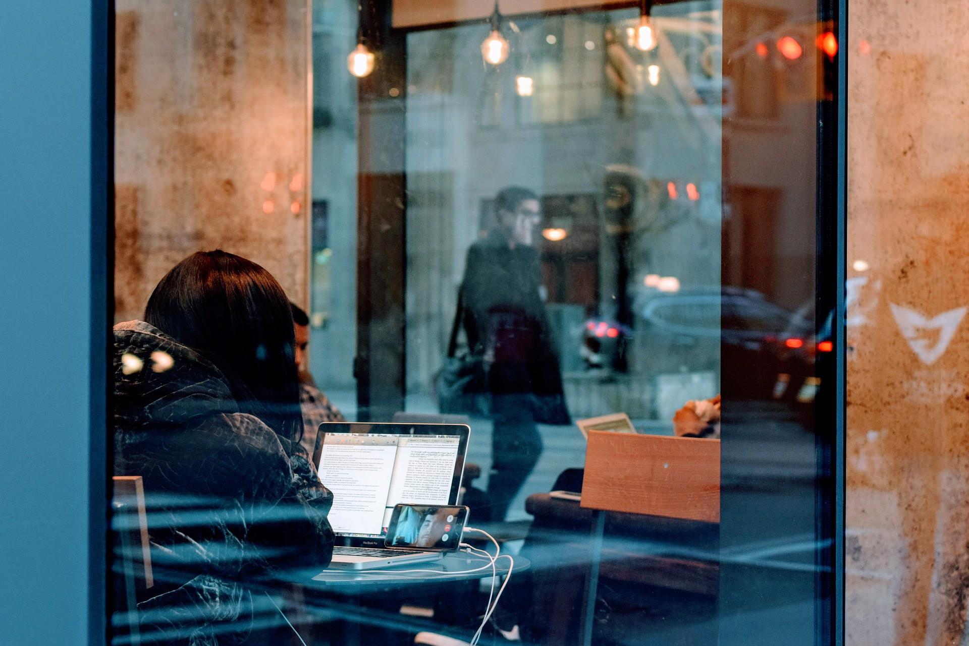Risiko Urlaubsreise: so schützen Sie sich unterwegs vor Cyber-Kriminellen